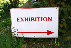A exhibition sign with an arrow
