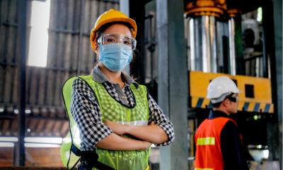 Construction worker wearing a ppe mask